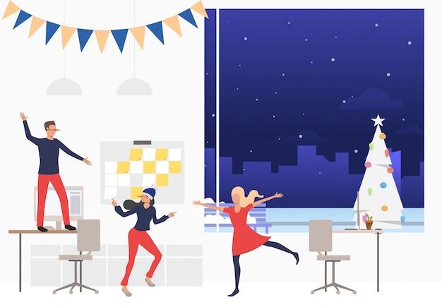 Grupo de trabajadores felices en la fiesta corporativa de año nuevo vector gratuito