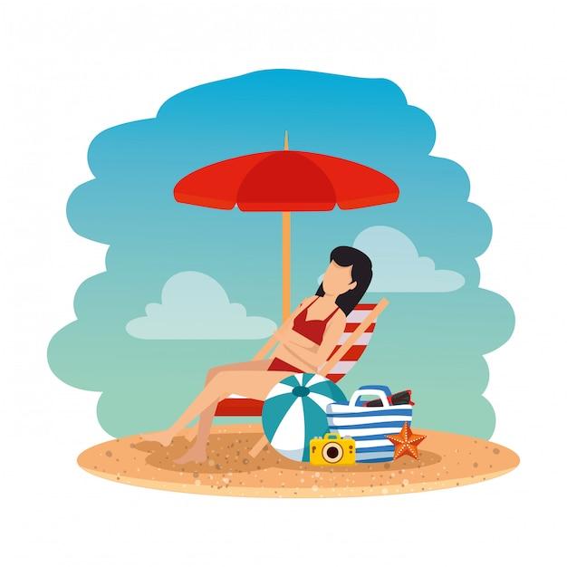 Hermosa mujer con traje de baño sentado en una silla de playa y una bolsa en la playa Vector Premium