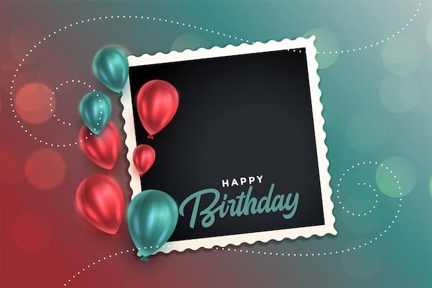 Hermosa tarjeta de feliz cumpleaños con globos y marco de fotos vector gratuito