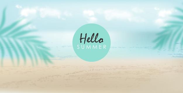 Hola banner de verano con hojas de playa, mar y palmeras. día nublado con brisa vector gratuito