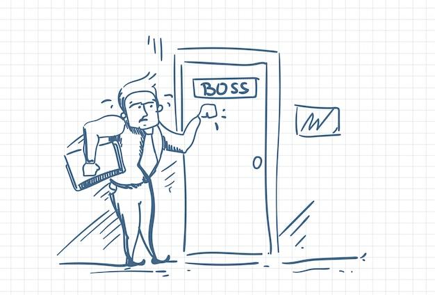 Hombre de negocios asustado que golpea la puerta de boss asustado de la culpa. Vector Premium