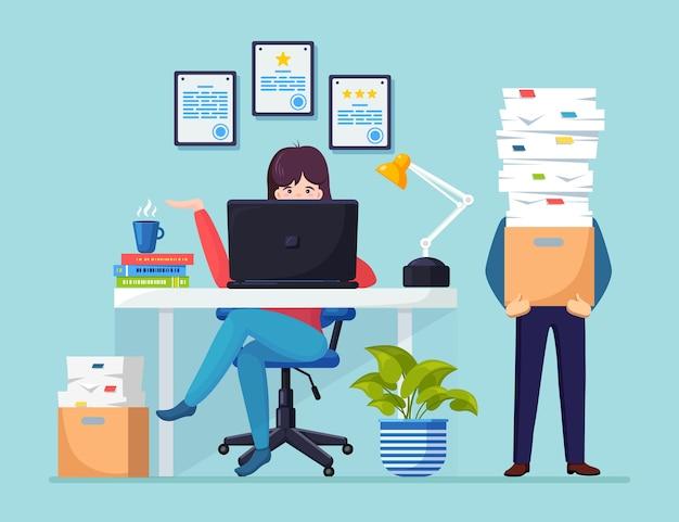 Hombre de negocios ocupado con pila de documentos en cartón Vector Premium