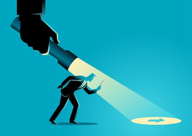 Hombre de negocios siendo guiado por una mano sosteniendo una linterna Vector Premium
