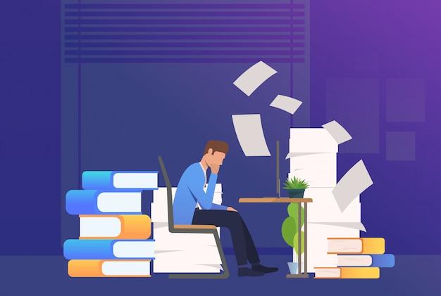 Hombre de oficina pasando por papeleo vector gratuito