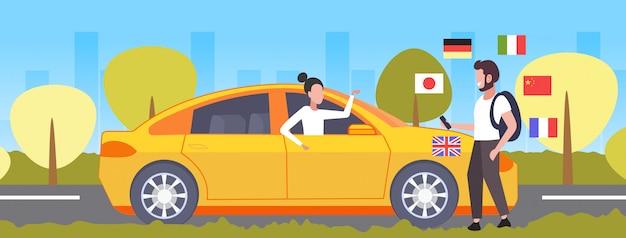 Hombre usando diccionario móvil o traductor turístico discutiendo con el  conductor del taxi comunicación personas concepto de conexión diferentes  idiomas banderas paisaje urbano fondo horizontal de longitud completa |  Vector Premium