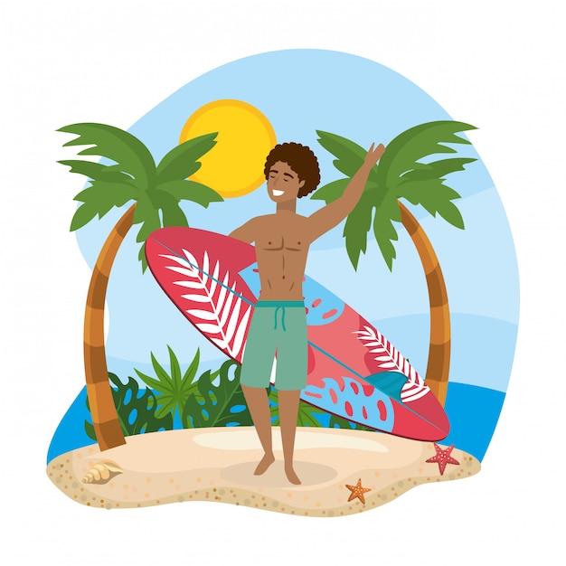 Hombre vestido con bañador con tabla de surf en la playa Vector Premium