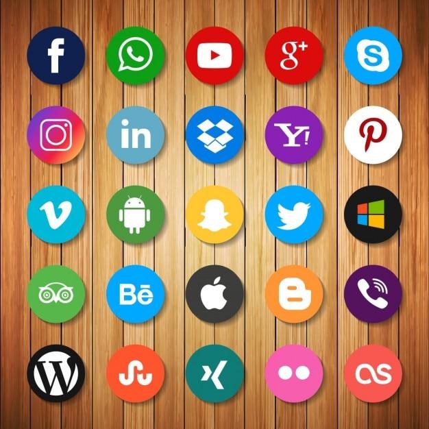 Iconos de redes sociales sobre madera Vector Gratis