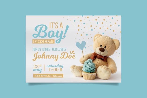 Invitación de baby shower de niño con oso vector gratuito