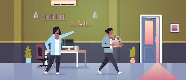La jefa despide señalar con el dedo a la puerta despidió a una empleada con documentos en papel, despido, desempleo, desempleo, concepto, plano, moderno, interior de la oficina Vector Premium