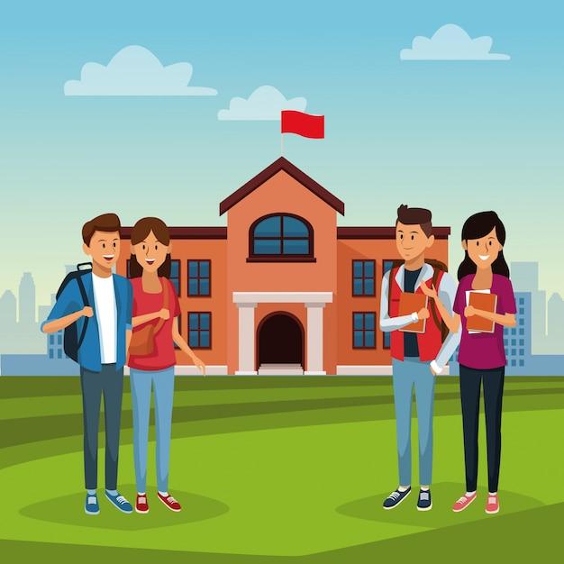 Jóvenes estudiantes en el edificio de la escuela ...