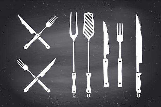 Juego de cuchillos y tenedores para cortar carne. suministros de bistec, carnicero y barbacoa: herramientas para asar a la parrilla. conjunto de cosas de barbacoa, herramientas para steak house, restaurante, póster de cocina. temas de carne ilustración Vector Premium