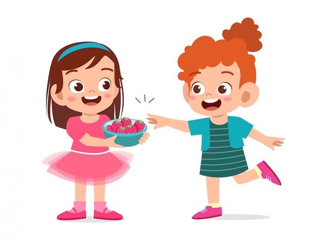Lindos niños felices comiendo fresas Vector Premium