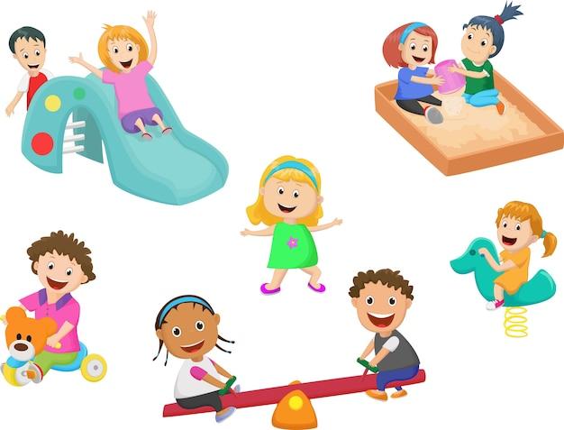 Lindos niños juegan con juguetes en el jardín de infantes ...