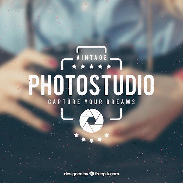 Logo de fotografía vintage con foto de fondo vector gratuito