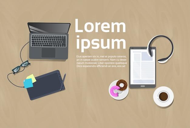 Lugar de trabajo vista superior plantilla de concepto fondo de espacio de trabajo computadora portátil, tableta digital taza de café Vector Premium