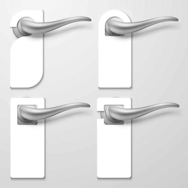 Manijas de puerta de hotel realistas con perchas de plástico en blanco blanco ilustración Vector Premium