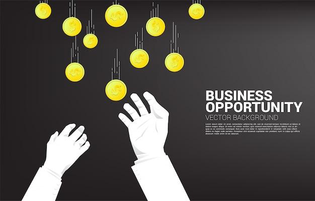 La mano de dos hombres de negocios intenta agarrar el dinero que cae del cielo. concepto para la oportunidad de negocio y la competencia. Vector Premium