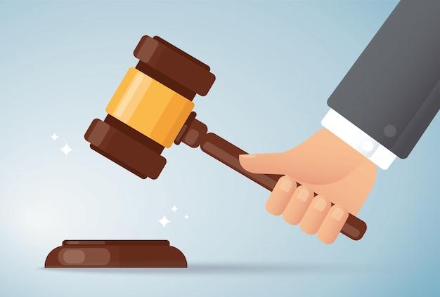 Mano que sostiene el martillo de madera juez. concepto de justicia Vector Premium