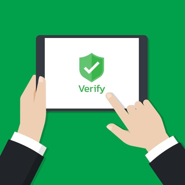 Manos sosteniendo una tableta y toque en la pantalla con el icono de escudo que se muestra en la pantalla Vector Premium
