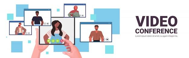 Mezcle la gente de la raza que charla durante la videollamada amigos que tienen conferencia en línea reunión comunicación concepto navegador web ventanas retrato horizontal copia espacio ilustración Vector Premium