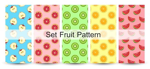 Modelo inconsútil de las mitades frescas de la fruta en colores coloridos. vector Vector Premium