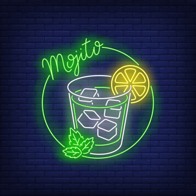Mojito con texto de neón, vaso de bebida, cubitos de hielo, limón y menta. vector gratuito
