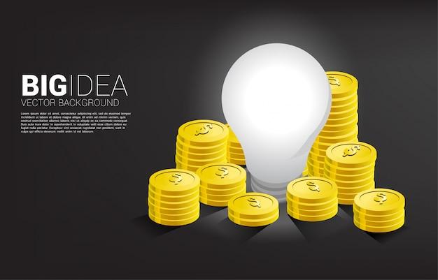 Moneda de oro dinero alrededor de la bombilla. gran idea de negocio que hace dinero y startup Vector Premium