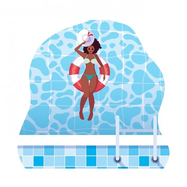 Mujer afro con traje de baño y salvavidas flotan en el agua Vector Premium