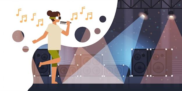 Mujer cantante usar gafas de realidad virtual sostenga el micrófono en el escenario con efectos de luz discoteca estudio equipo musical vr vision auriculares innovación Vector Premium