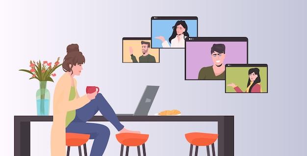 Mujer charlando con compañeros de carrera mixta en las ventanas del navegador web durante la videollamada reunión de conferencia en línea trabajo remoto concepto de autoaislamiento horizontal Vector Premium