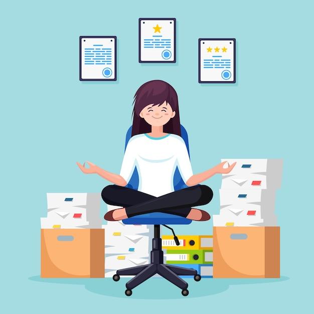 Mujer haciendo yoga, sentada en la silla de oficina. pila de papel, empleado estresado ocupado con pila de documentos en cartón, caja de cartón. trámites, burocracia. trabajador meditando, relajándose, calmando. Vector Premium