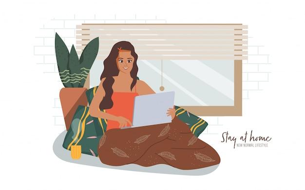 La mujer india trabaja desde casa mientras está sentado en la ventana en casa. quedarse en casa y un nuevo estilo de vida normal. Vector Premium