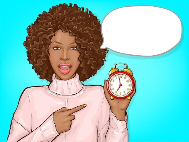 Mujer negra apuntando con el dedo al despertador vector gratuito