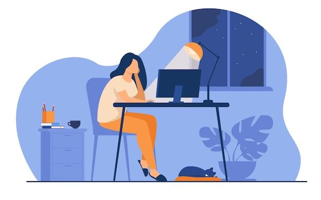 Mujer que trabaja por la noche en la oficina en casa aislado ilustración vectorial plana. estudiante de dibujos animados aprendiendo a través de computadora o diseñador tarde en el trabajo. vector gratuito