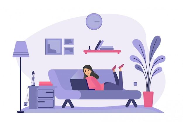 Mujer tendida en el sofá y usando laptop vector gratuito