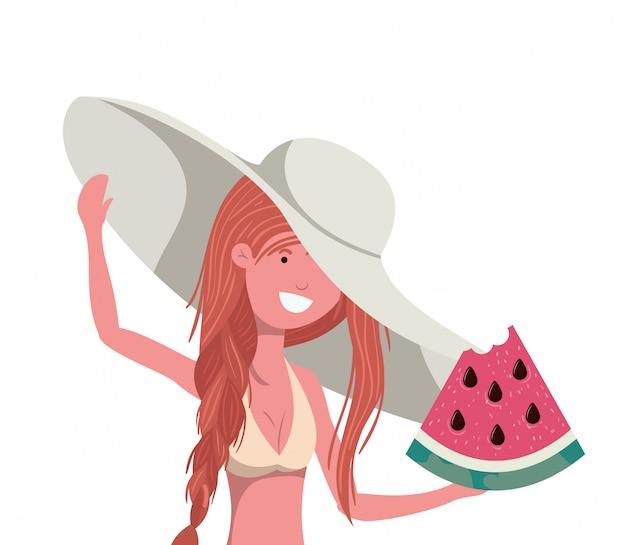 Mujer con traje de baño y ración de sandía en mano. vector gratuito
