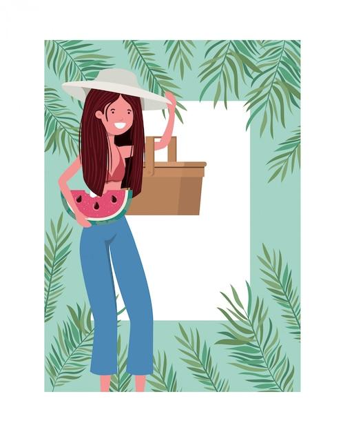 Mujer con traje de baño y ración de sandía en marco de mano. vector gratuito
