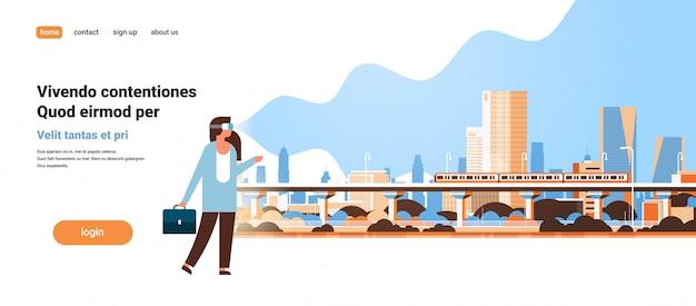 Mujer usar gafas digitales mirando realidad virtual ciudad moderna metro tren rascacielos paisaje urbano vr visión auriculares innovación Vector Premium