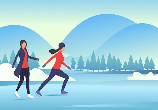 Mujeres patinando sobre hielo con paisaje nevado. vector gratuito
