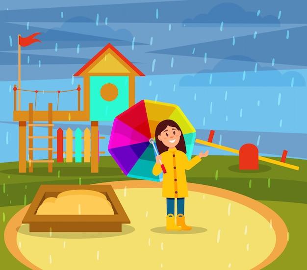 Niña sonriente en impermeable amarillo caminando con paraguas de arco iris en el patio de recreo en día lluvioso ilustration Vector Premium