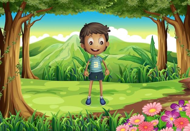 Un niño delgado y sonriente en el bosque vector gratuito