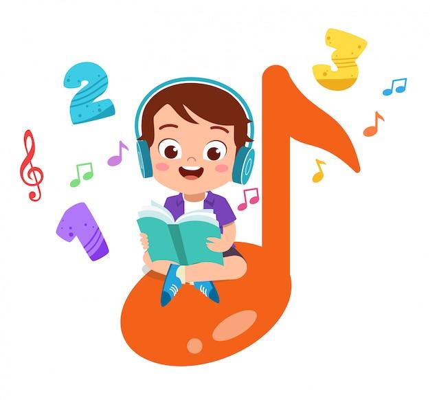 Niño feliz lee libros y escucha música Vector Premium