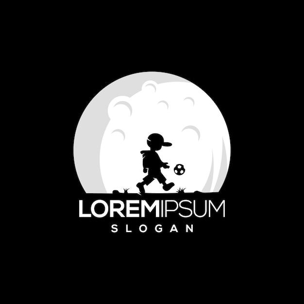 Niño jugando con una pelota en la noche. Vector Premium