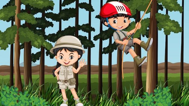 Niño y niña divirtiéndose en el bosque vector gratuito