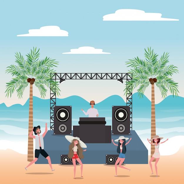 Niño y niña con traje de baño bailando en la playa Vector Premium