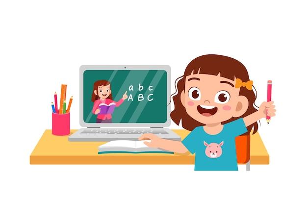 El niño pequeño lindo feliz hace la escuela en casa con la computadora portátil que se conecta al curso y el aprendizaje electrónico del estudio de internet. Vector Premium