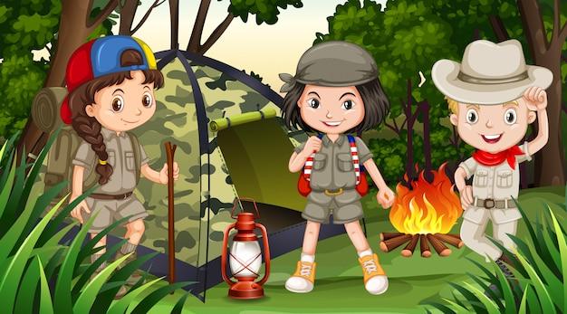 Niños acampando en el bosque profundo. vector gratuito