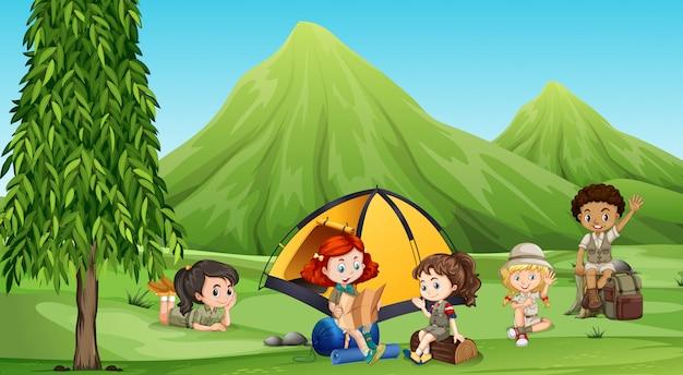 Niños acampando en el bosque vector gratuito