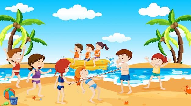 Niños activos jugando en escena al aire libre. vector gratuito