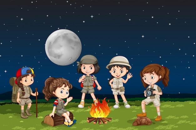 Niños alrededor de una fogata vector gratuito